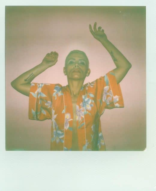 Polaroid mit Blitz im Studio