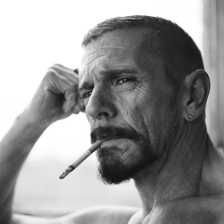 Analoges Portrait in schwarzweiss eines Mannes