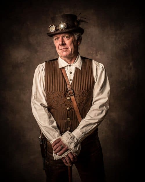 Mann im Steampunk-Outfit