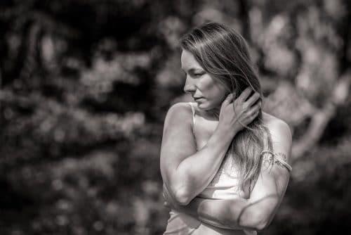 Portrait von Frau im Wald