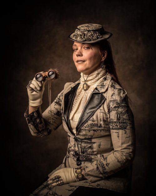 Frau im Steampunk-Outfit