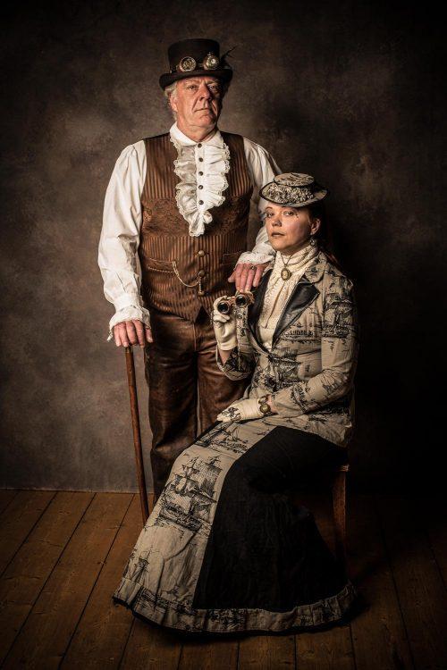 Paar im Steampunk-Outfit