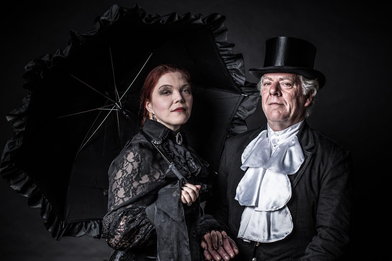 Ein Paar in viktorianischer Kleidung