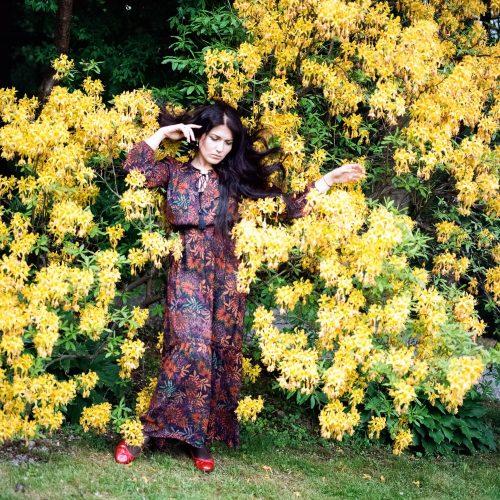 Frau vor blühenden Rhododendron im Vorwerkpark Wuppertal