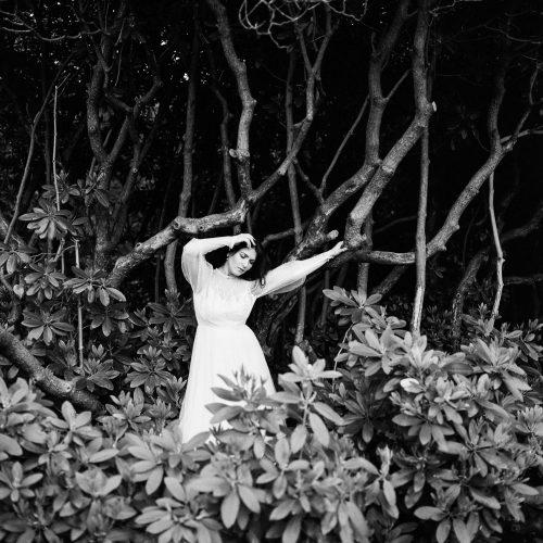Frau mit weißem Kleid im Vorwerkpark Wuppertal