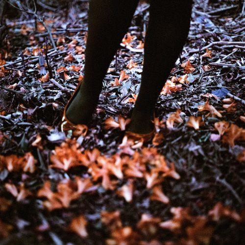 Füße im Laub
