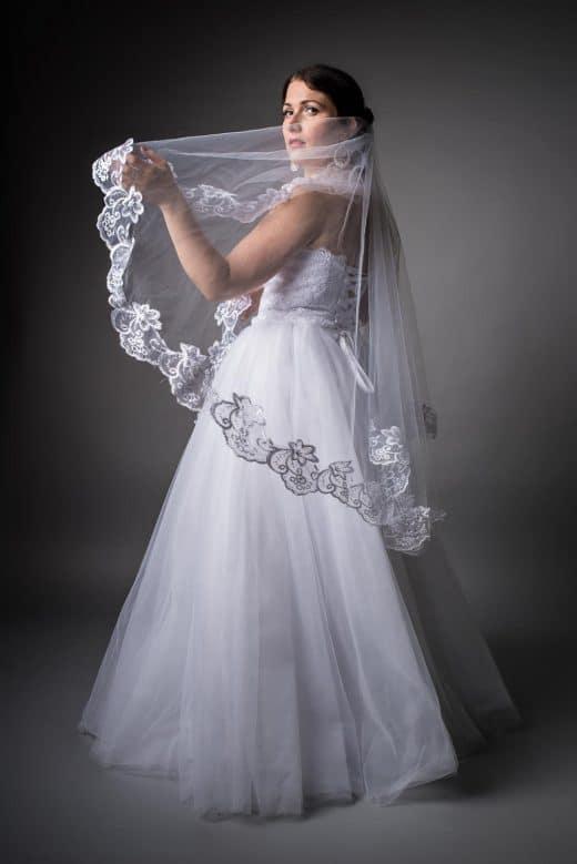 Model mit Brautkleid im Studio