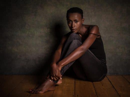 Portrait einer dunkelhäutigen Frau im Fotostudio