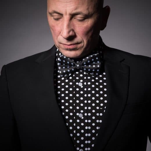 Mann im gepunkteten Hemd