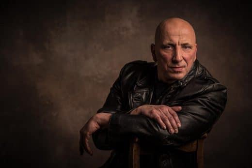 Portrait eines Mannes im Fotostudio