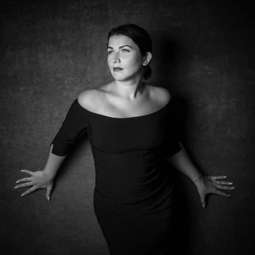 Portrait einer Frau in schwarz weiß
