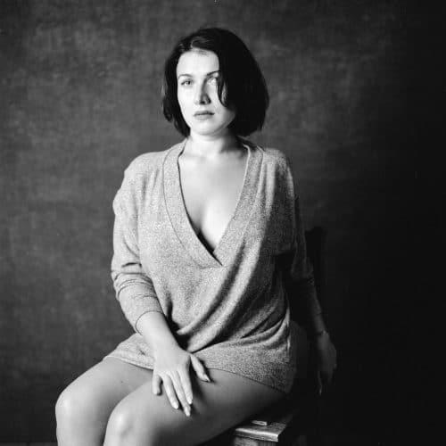 Sinnliches schwarz-weiß-Portrait einer Frau analog und im Fotostudio