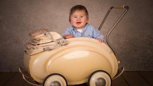 Baby in Kinderwagen im Fotostudio