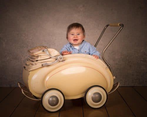 Babyfoto im Kinderwagen im Fotostudio